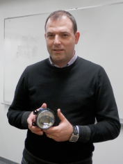 Vodja projekta z izdelkom v roki.