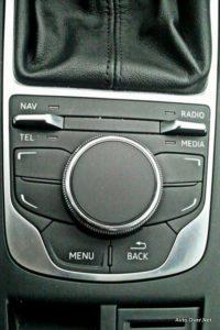 S pomočjo MMI touch lahko upravljate tudi funkcije, ki jih podpira sistem Audi connect. Na električno pogrezljivem in vitkem 7-palčnem barvnem zaslonu so vse informacije prikazane z novo optiko in jasnostjo.