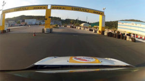 Utrinek s četrtkovega treninga pred GHD Lučine 2013. V dirkalniku Renault Clio Cup sedi Iztok Franko.