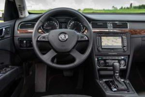 Za notranjost novega Superba je zdaj skupaj z novimi 3- in 4-krakimi volani na voljo kar devet različnih izvedb volanov.