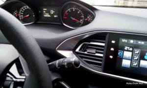 Pozorni bodite na kazalec, ki prikazuje obrate. Se v isti smeri premika tudi v vašem avtomobilu?
