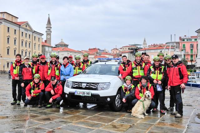 Predaja enega od dveh vozil Dacia Duster Gorski reševalni zvezi Slovenija v Piranu.