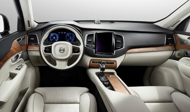 Najbolj osupljiva odlika je centralna konzola z zaslonom na dotik, ki je srce novega avtomobilskega nadzornega sistema