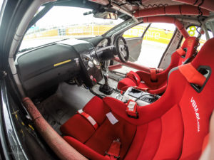 Volan na desni. Dirkaški sedeži, varnostna kletka in odličen zvok V8 motorja. Zgolj nekaj detajlov avstralskega načina dirkanja...