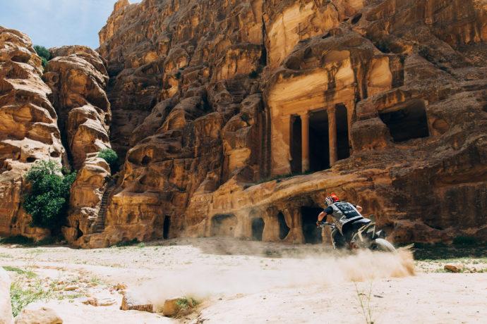 Rok jezdi njegovega konja pred staridavnim mestom t.i. Little Petra
