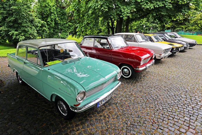 Dva čudovita in lepo ohranjena Kadetta A, ki sta bila izdelana daljnega leta 1965, kot tudi Kadetti B, C in E ter Astre F, G, H in J, so se pridružili nove Astri Sports Tourer ob njeni predstavitvi na slovenskem trgu.