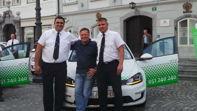 Z desne proti levi: Zoran Stojinović, prvi voznik Kavalirja, župan Zoran Janković, voznik Igor Kvržič, prav tako voznik Kavalirja.