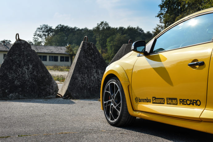 RS 275 Cup tvorijo številni priboljški, kar je na boku avtomobila jasno obeleženo