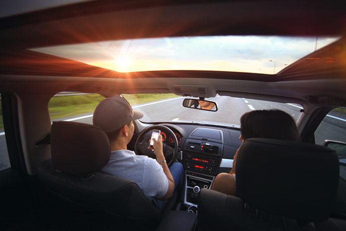 uporaba-telefona-med-voznjo