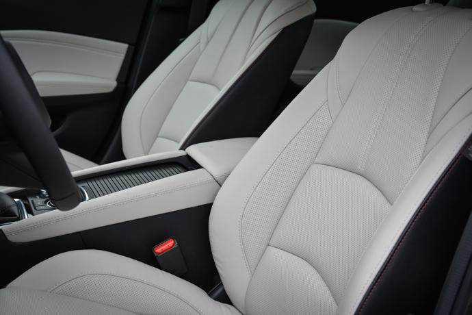 Mazda 3 sedeži