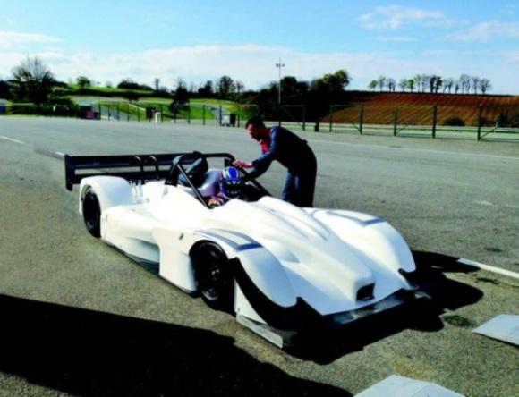 Prva fotografija novega dirkalnika s francoskega dirkališča Pau-Arnos