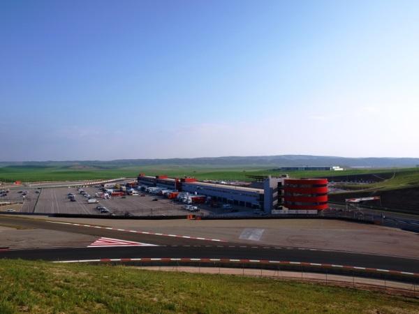 Tekmovanja ekipe potekajo na svetovno znanih dirkališčih ...