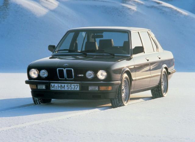 Z vstopom novega avtomobila na trg poleti leta 1985 je nastala nova tržna niša: segment visokozmogljive limuzine.