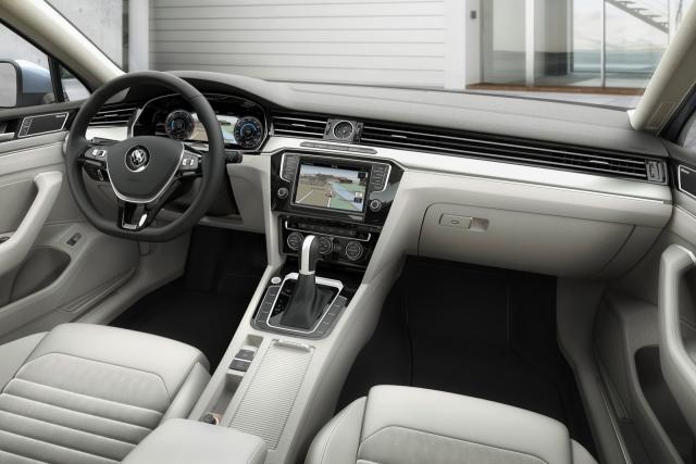 Notranjost je klasična s sodobnimi rešitvami iz koncerna Volkswagen.
