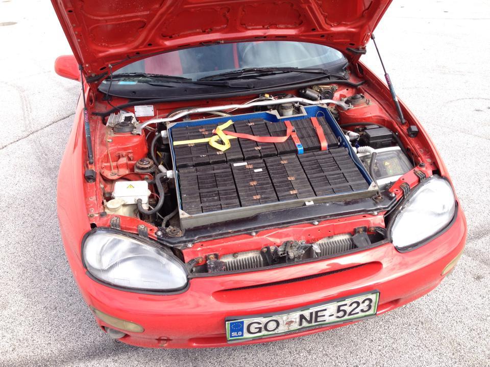 Pod motornim pokrovom je kopica baterij. Pod njimi se skriva motor, ki Mazdo popelje tudi do 180 km/h.