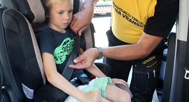 Varno-pripenjanje-otroka-v-avto---vir-AMZS