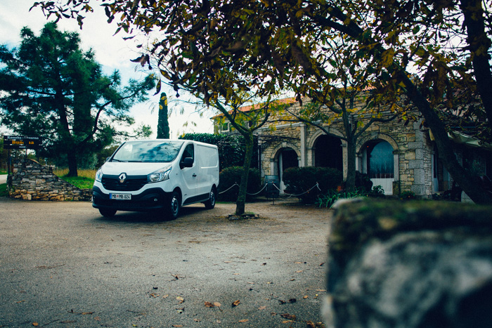 Proizvodnjo novega Trafica so iz Nissanove tovarne v Španiji prenesli v Renaultovo tovarno Sandouville v  Franciji.