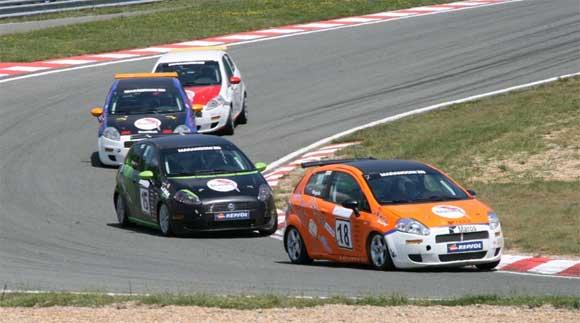 Izredno priljubljeni za najem po dirkališču so pokalni Fiat Grande Punti.